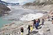 Auf dem Gletscherpfad erklärte David Volken den Gästen den Rückgang des Rhonegletschers. (Bild: Paul Gwerder, Furkapass, 14. Juli 2018)