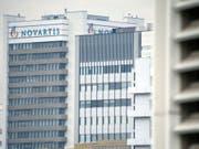 Novartis hat den Gewinn im zweiten Quartal dank Sondereffekten markant gesteigert. (Bild: KEYSTONE/GEORGIOS KEFALAS)