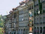 Der Gerechtigkeitsbrunnen in der Berner Altstadt. Die Brunnenfigur ist eine Statue der Justitia mit verbundenen Augen, die in der linken Hand die Waage trägt und mit der rechten Hand das Richtschwert erhebt. (Bild: KEYSTONE/GAETAN BALLY)