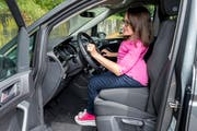 Der VW Touran wurde für Jasmin Rechsteiner umgebaut, so dass sie das Gaspedal mit der Hand bedienen kann. (Bild: Pascal Muller/freshfocus)