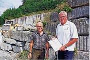Steinbruchleiter Hans-Jakob Bärlocher (rechts) mit dem Zertifikat der Stiftung Natur & Wirtschaft, das Experte Alfred Kuster ausgestellt hat. (Bild: Fritz Bichsel)