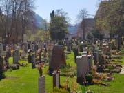 Grabvergabe per Los: Eine Frau aus Bayern hat für sich selbst und ihren Mann ein Grab im Friedhof von Berchtesgaden gewonnen. (Bild: KEYSTONE/AP dpa/KILIAN PFEIFFER)