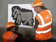 Graffiti-Künstler Pirmin Breu (rechts) an der Arbeit im Ruckhalde-Tunnel der Appenzeller Bahn in St. Gallen. Dort entsteht auf einer Länge von 700 Metern der «längste Alpaufzug der Welt». (Bild: Keystone-SDA/Michael Nyffenegger)