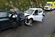 Die beiden Autos kolidierten frontal. Dabei wurden drei Personen verletzt. (Bild: Kapo SG)