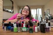 Jasmin Rechsteiner lackiert sich die Nägel nach Lust und Laune. (Bild: Pascal Muller/freshfocus)