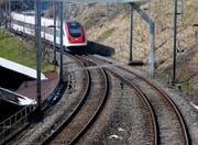 Die doppelspurige Gleisführung bei der Einfahrt in den Bahnhof Walchwil von Zug her soll verlängert werden. (Archivbild: Stefan Kaiser, Walchwil, 15. März 2013)