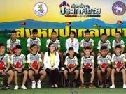 Die zwölf aus einer Höhle in Thailand geretteten Jugendlichen präsentieren sich der Öffentlichkeit. (Bild: KEYSTONE/EPA/PONGMANAT TASIRI)