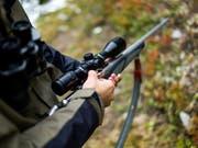 Der 56-jährige deutsche Jäger wollte Wildtiere vor der Ernte aus einem Feld treiben, als er erschossen wurde. (Bild: KEYSTONE/OLIVIER MAIRE)