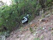 Das Auto mit dem Kind fiel 20 Meter über eine Felswand und kam in einem Waldstück zum Stillstand. (Bild: Kantonspolizei Wallis)