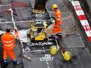 Das Lohnniveau der Schweizer Arbeiter soll geschützt werden. Allerdings nicht unbedingt mit der geltenden 8-Tage-Regel, findet Wirtschaftsminister Johann Schneider-Ammann. (Bild: KEYSTONE/ENNIO LEANZA)