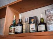 Gastgeschenke aus vergangenen Zeiten: hochwertige Spirituosen von Marc bis Vieille Poire und dazu noch ein skurriler Kartäuserschnaps aus Osteuropa (ganz links). (Bild: Andrea Stalder)