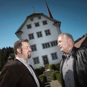 Sind bei der Fusion einen Schritt weiter: Thomas Roos (links, Gemeindepräsident Ebersecken) und Urs Kaufmann (Gemeindepräsident Altishofen) beim Schloss Altishofen. (Bild: Pius Amrein (7.April 2017))