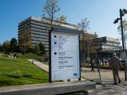 Das Opfer des Brandes, ein 48-jähriger Schweizer, wurde mit schweren Verbrennungen ins Kantons- und Universitätsspital CHUV in Lausanne eingeliefert. Die Ärzte konnten sein Leben nicht retten. (Bild: Keystone/JEAN-CHRISTOPHE BOTT)