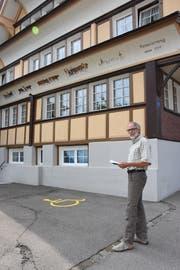 Reinhold Giger vom Verkehrsverein kennt die Lösung des Rätsels bereits. (Bild: Urs. M. Hemm)
