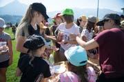 Die Blauring-Mädchen sammeln Korkzapfen und tauschen dafür Heilmittel gegen die Verwandlung in Hasen oder Füchse ein. (Bild: Corinne Glanzmann (Alpnach, 18. Juli 2018))