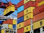 Die Schweizer Exporte sind auch im zweiten Quartal weiter gestigen. Vor allem nach Asien haben die Ausfuhren wieder klar zugelegt. (Bild: KEYSTONE/AP CHINATOPIX)