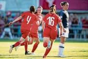 Chantal Wyser (links) feiert ihren Treffer zum 1:2 mit Malin Gut und Chiara Messerli (Nummer 16). (Bild: Ennio Leanza/Keystone (Wohlen, 18. Juli 2018))