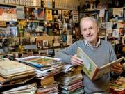 Cuno Affolter ist Comicsammler und Konservator des «Centre BD de la Ville de Lausanne». (Bild: Keystone/JEAN-CHRISTOPHE BOTT)