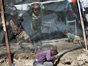 Spielende Kinder im Flüchtlingscamp Moria auf der Insel Lesbos. In dem für 3100 Bewohner ausgelegten Camp, leben derzeit 7585 Menschen, darunter auch viele Kinder. (Bild: KEYSTONE/AP/PETROS GIANNAKOURIS)