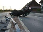 Als Unfallursache gilt ein Winken: Eine 23-jährige Autofahrerin hat einen Fussgänger erkannt, war dadurch kurz abgelenkt und ist in der Folge mit ihrem Fahrzeug heftig in einen Lichtsignalanlage geprallt.