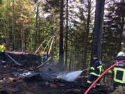 Die Feuerwehr Escholzmatt-Marbach löscht einen Flurbrand in Waldrandnähe. (Bild: Luzerner Polizei)