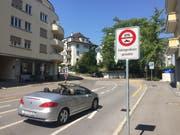 Ein Auto biegt von der Maihofstrasse in die Libellenstrasse ein. Eine Tafel weist auf das Fahrverbot hin (Bild: René Meier (Luzern, 19. Juli 2018))