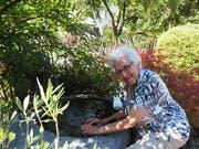 Die 97-jährige Bewohnerin Maria Rütsche hat ein Mittel gegen die Hitze: Arme und Füsse kurz ins kalte Wasser halten. (Bilder: Angelina Donati)