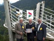 Brückenplaner Professor Christian Menn (ganz links) vor einem seiner Meisterwerke, der Sunnibergbrücke im Prättigau GR. Die schlanke, elegante Brücke ist das Wahrzeichen der Umfahrung Klosters GR. (Bild: KEYSTONE/THEO GSTOEHL)