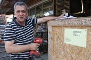 Mitarbeiter Arif Limani macht die Kisten für den Transport bereit. Er wird die Arbeiten in Albanien erledigen. Sein Vorteil: Er spricht Albanisch. (Bild: Christine Luley)