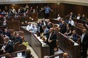 Arabische Abgeordnete protestieren gegen das neue Gesetz. (Bild: Olivier Fitoussi/AP (Jerusalem, 19.Juli 2018))