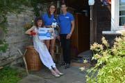 Eine finanzielle Hilfe, die sie gut gebrauchen könnten, sagt Eva Amstad (links) bei der Gutscheinübergabe durch Paula Smelko und Sämi Linder von der Umzugsplattform movu.ch. (Bild mas)