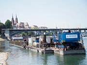 Mit schwerem schwimmendem Gerät wird in den nächsten Monaten in Basel die Schifffahrtsrinne im Rhein vertieft. (Bild: KEYSTONE/Georgios Kefalas) (Bild: KEYSTONE/GEORGIOS KEFALAS)