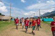 Pfadfinder unterwegs zu ihrem Zelt. (Bild: Dimitri Gwinner v/o Sherpa)