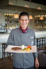 Küchenchef Claudio Renggli vom Restaurant Baulüüt im Campus Sursee (Oberkirch) mit einem grillierten Steak vom Eringer-Rind (Rezept für die Butter im Kasten rechts). Bild: Pius Amrein (29. Juni 2018)
