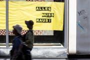 Leeres Schaufenster in der Altstadt von Luzern. Stadt und Geschäfte suchen nach Strategien, um den Standort Innenstadt zu stärken. (KEYSTONE/Alexandra Wey)