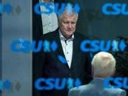 Der deutsche Innenminister und Vorsitzende der CSU Horst Seehofer will innerhalb von drei Tagen von beiden Ämtern zurücktreten, falls ein weiteres Krisengespräch mit Merkel am Montag keine Einigung bringt. (Bild: KEYSTONE/EPA/LUKAS BARTH)