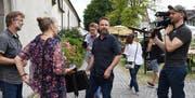 Moderator Nik Hartmann und Produzent Heikko Böhm (helles Hemd) sowie ein Kamerateam des Schweizer Fernsehens bei den Dreharbeiten mit Franziska und Marius Heeb von der Thurgauischen Koordinationsstelle für Fledermausschutz. (Bild: Yvonne Aldrovandi-Schläpfer)