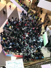 Im Einkaufszentrum Galeria ist das Public Viewing fleissig besucht. (Bild: Raphael Gutzwiller)