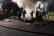 Beim Coop am Marktplatz standen mehrere Holzpaletten in Flammen. (Bild: Kantonspolizei St.Gallen)