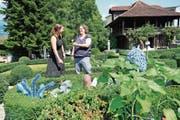Museumsleiterin Carmen Kiser (links) mit Künstlerin Andrina Jörg im Garten mit seltsam fremden Gewächsen. (Bild: Romano Cuonz (Sachseln, 1. Juli 2018))