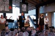«Ihr habt heute Abend Grossartiges geleistet», sagt Konrad Hummler und bedankt sich nach der Aufführung bei sämtlichen Mitwirkenden und beim Publikum. (Bild: Peter Küpfer)