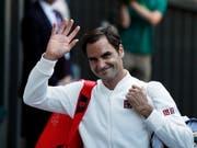 Der lange erwartete Moment: Roger Federer schreitet in Kleidern von Uniqlo auf den Centre Court in Wimbledon (Bild: KEYSTONE/EPA/NIC BOTHMA)