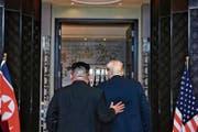 Wer hat wen in der Hand? Kim Jong Un und Donald Trump beim historischen Gipfeltreffen in Singapur. (Bild: Kevin Lim/AP (12. Juni 2018))