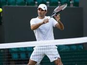 Roger Federer im Training in Wimbledon, wo er am Montagnachmittag sein Erstrundenspiel bestreitet (Bild: KEYSTONE/PETER KLAUNZER)