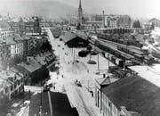 Gleiche Blickrichtung wie vor 1850 vom heutigen Kornhausplatz Richtung Osten: Die ehemals grüne Güggisbleiche ist zwischen 1900 und 1910 mit Bahnhof, Gleisanlagen und Lokremise überbaut. (Bild: Stadtarchiv Ortsbürgergemeinde St.Gallen)