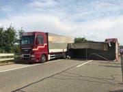 Wegen eines umgekippten Lastwagenanhängers bei Luterbach im Kanton Solothurn mussten Autofahrer Richtung Zürich rund 30 Minuten Wartezeit in Kauf nehmen. (Bild: Kantonspolizei Solothurn (@KapoSolothurn))