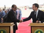 Mauretaniens Präsident Mohamed Ould Abdel Aziz (links) begrüsst Frankreichs Präsident Emmanuel Macron (rechts) am Montag in Nouakchott zum Afrika-Gipfel. (Bild: KEYSTONE/EPA AFP POOL/LUDOVIC MARIN / POOL)