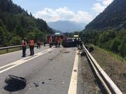Nach der Frontalkollision musste die A13 bei Rothenbrunnen vorübergehend gesperrt werden. (Bild: Kapo GR)