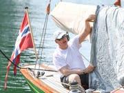 Der royale Segler macht sein Boot bereit: König Harald V. vor der Regatta in Langenargen am Bodensee. (Bild: KEYSTONE/AP dpa/FELIX KAESTLE)