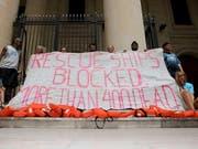Demonstrierende machen am Verfahren gegen den deutschen «Lifeline»-Kapitän Claus-Peter Reisch vor dem Gerichtsgebäude in Valletta auf die vielen Toten im Mittelmeer aufmerksam. (Bild: KEYSTONE/EPA/DOMENIC AQUILINA)